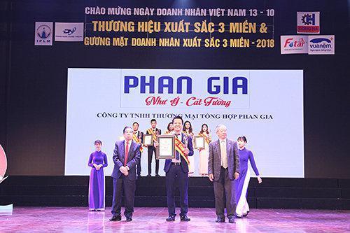 """Phong thủy Phan Gia đạt giải thưởng uy tín: """"TOP 100 thương hiệu xuất sắc 3 miền"""""""