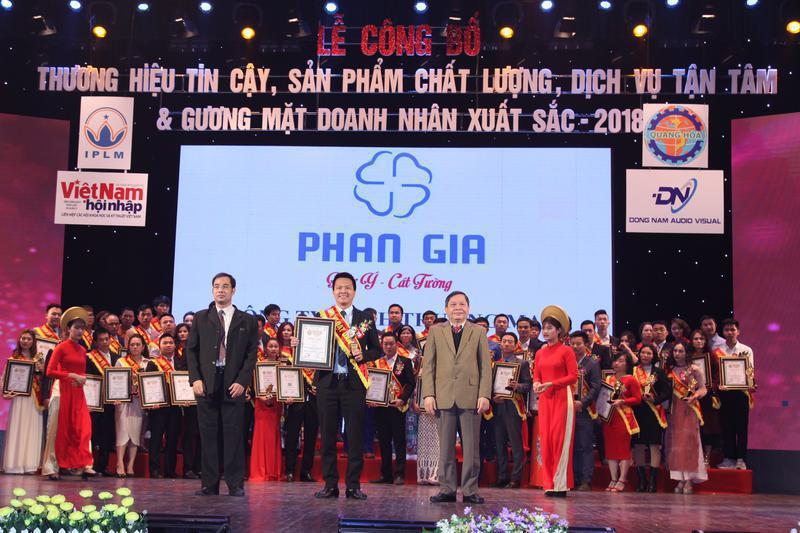 """Phong thủy Phan Gia được vinh danh """"TOP 50 Thương hiệu tin cậy,..."""