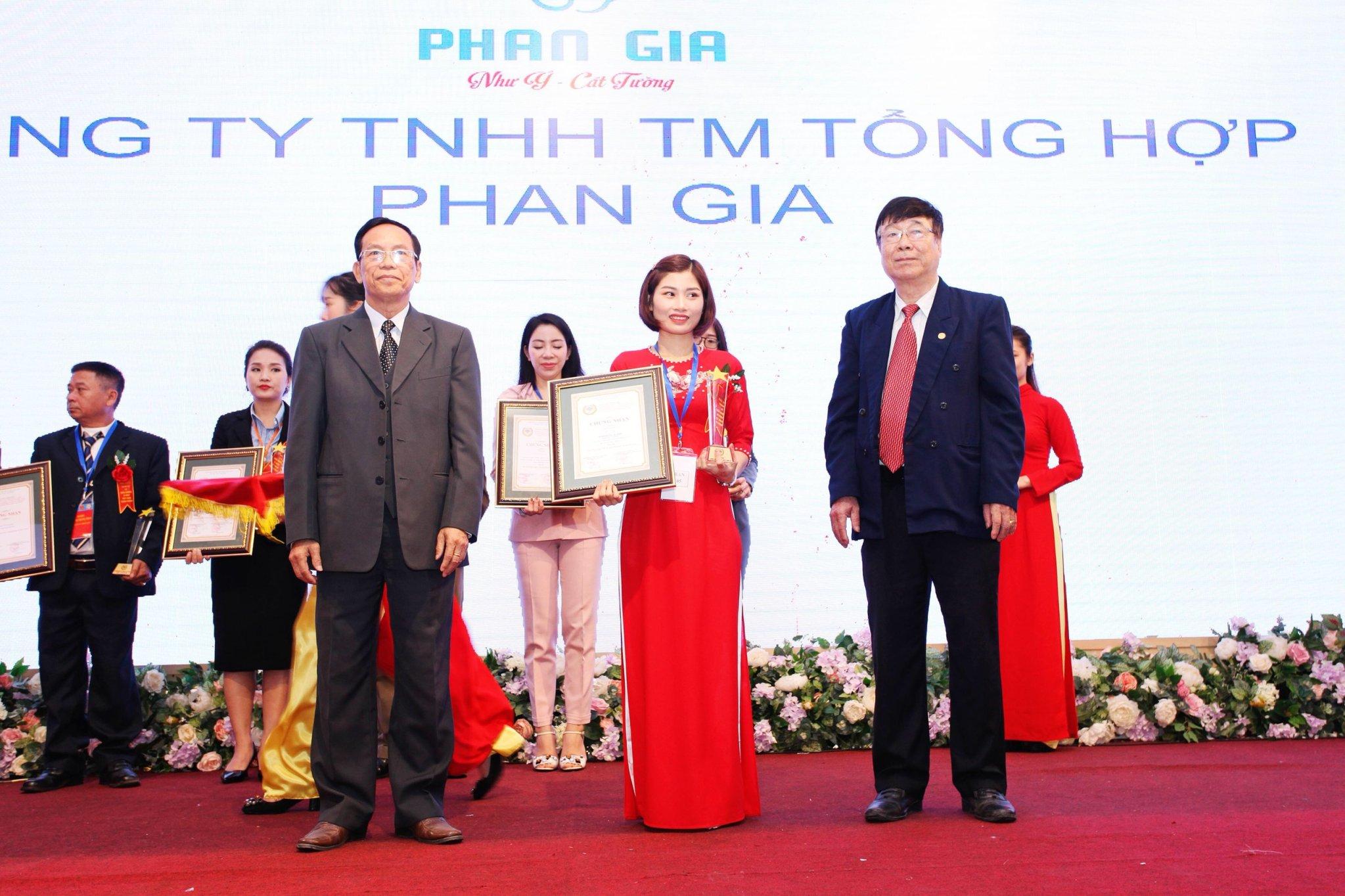 """Phan Gia nhận giải thưởng """" TOP 50 thương hiệu phát triển kinh tế quốc gia"""""""